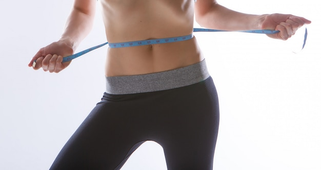 Ergebnis von sportübungen. getönten magen nahaufnahme auf einem weißen