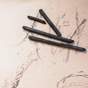 Erhöhte ansicht der kunst liefert natürlichen holzkohlenstock