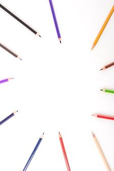 Erhöhte ansicht der mehrfarbigen bleistifte, die kreis bilden