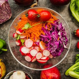 Erhöhte ansicht des frischen gehackten salats in der transparenten schüssel