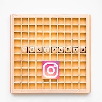 Erhöhte ansicht des hölzernen spiels des scrabbles mit instagram wort und ikone