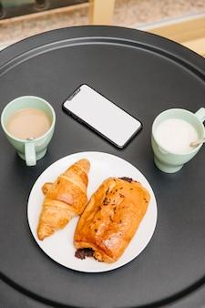 Erhöhte ansicht des köstlichen frühstücks über tabelle