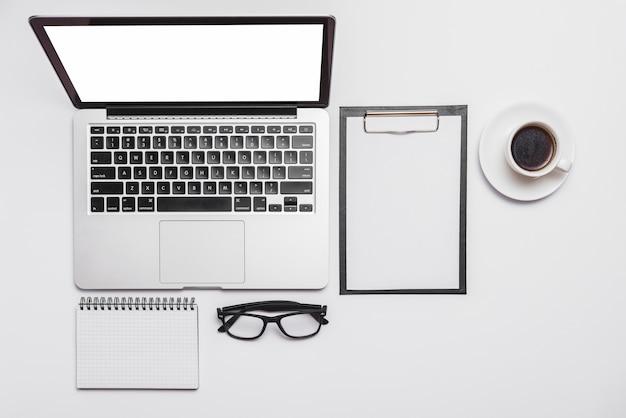 Erhöhte ansicht des schreibtischs und des offenen laptops und der kaffeetasse