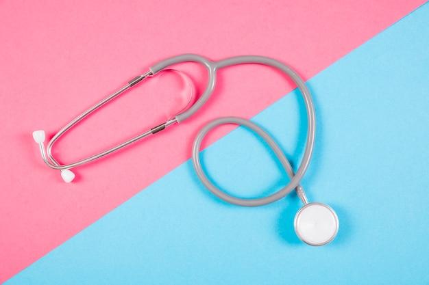 Erhöhte ansicht des stethoskops auf doppelhintergrund