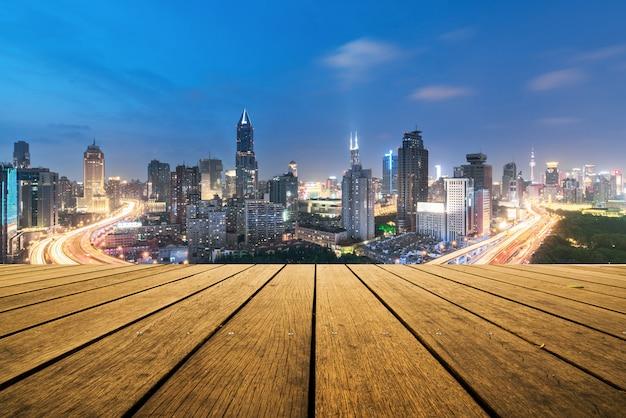 Erhöhte ansicht einer straßenkreuzung in shanghai, china. luftaufnahme der überführung nachts, shanghai china.