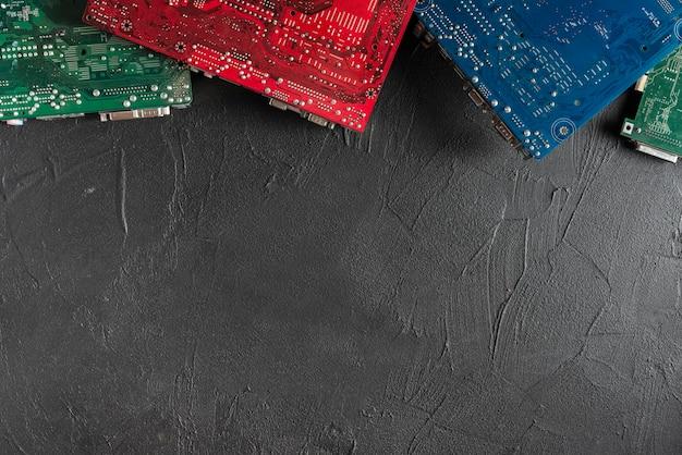 Erhöhte ansicht von bunten computerleiterplatten auf schwarzem hintergrund