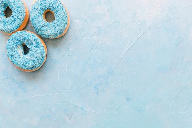 Erhöhte ansicht von donuts auf blauem hintergrund