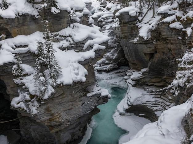 Erhöhte ansicht von gefrorenen fällen, athabasca-fälle, jasper, jasper national park, alberta, kanada