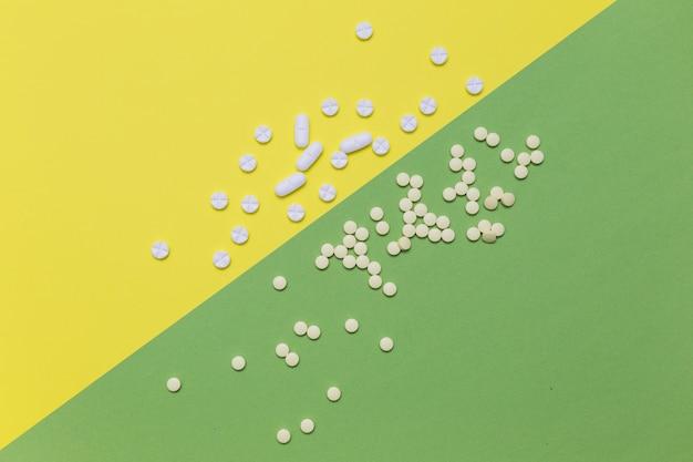 Erhöhte ansicht von pillen auf dualem farbigem hintergrund