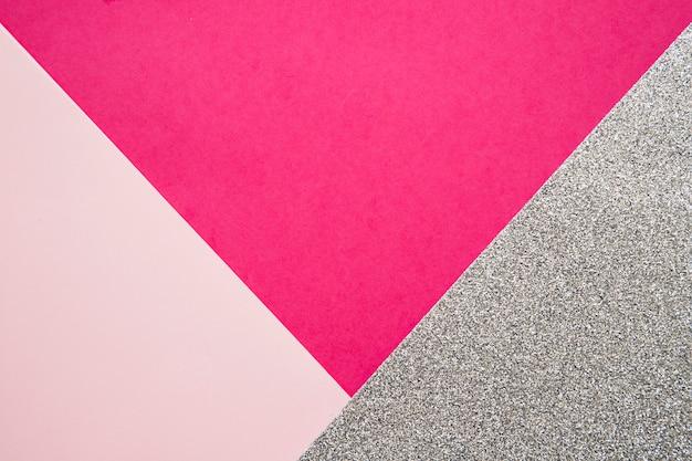 Erhöhte ansicht von rosa und magentaroten papppapieren auf grauer oberfläche