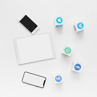 Erhöhte ansicht von social media-anwendungen mit handy und digitaler tablette