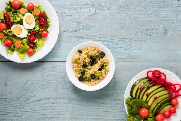 Erhöhte ansicht von verschiedenen arten von gesunden nahrungsmitteln mit gekochtem ei und frischgemüse
