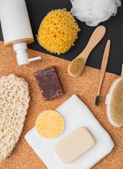 Erhöhte ansicht von verschiedenen badekurortprodukten auf doppelhintergrund