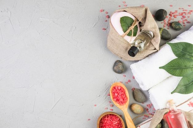 Erhöhte ansicht von verschiedenen badekurortprodukten auf grauem hintergrund