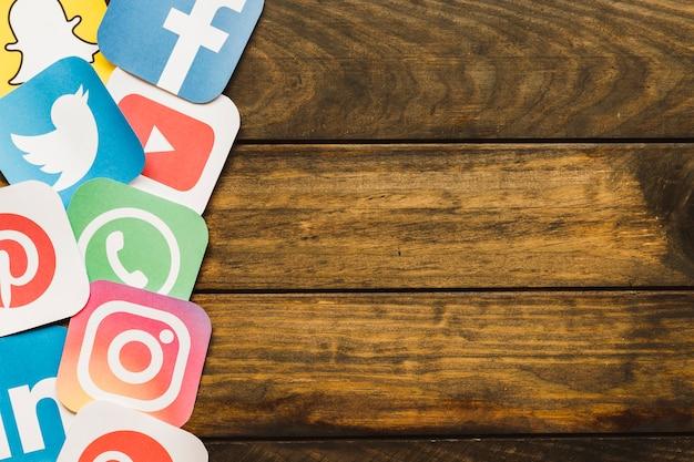 Erhöhte ansicht von verschiedenen mobilen icons auf sperrholz
