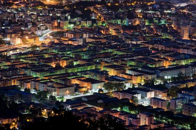 Erhöhte dachspitzennachtansicht von la spezia, italien