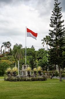 Erhöhte flagge indonesiens im outdoor-park.