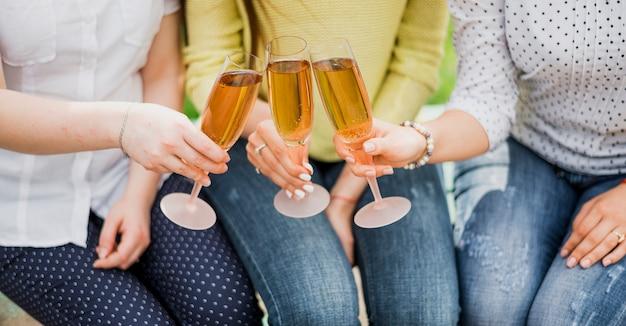 Erhöhte gläser mit champagner