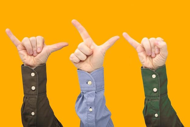 Erhöhte hände verschiedener männer. zeigen der zeichen der finger, um gefühle auszudrücken. gebärdensprache hände
