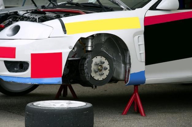 Erhöhtes auto, um rad zu ersetzen