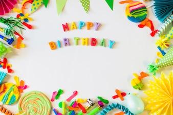 Erhöhte Ansicht des alles Gute zum Geburtstagtextes mit Partyzubehör auf weißer Oberfläche