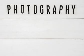 Erhöhte Ansicht des Fototextes über weißem Holztisch