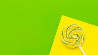 Erhöhte Ansicht des Lutschers auf dem doppelten gelben und grünen Hintergrund