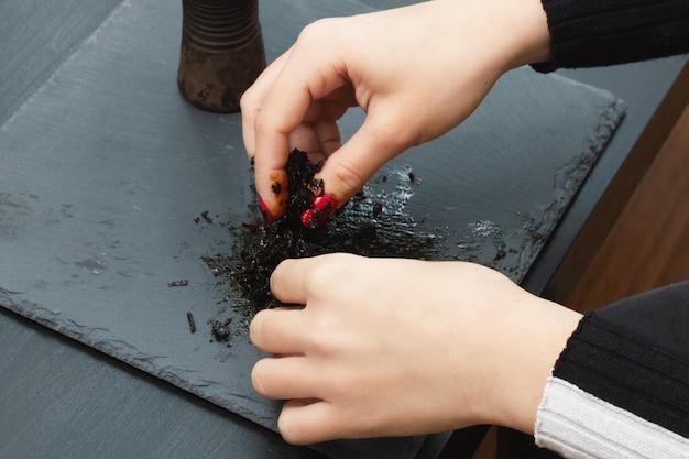 Erholung und unterhaltung. mädchen mischt tabak für shisha