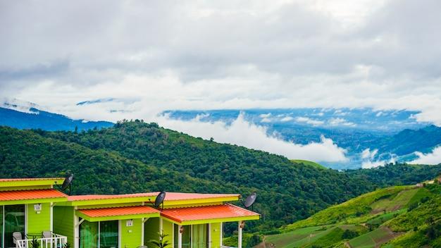 Erholungsorte und häuschen auf dem berg mit sonnenuntergang am morgen vom standpunkt, phu thap boek