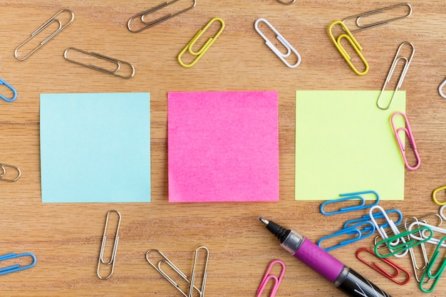 Erinnerungen in einer reihe und umgeben von briefpapier