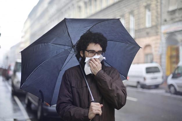 Erkältung an einem regnerischen tag