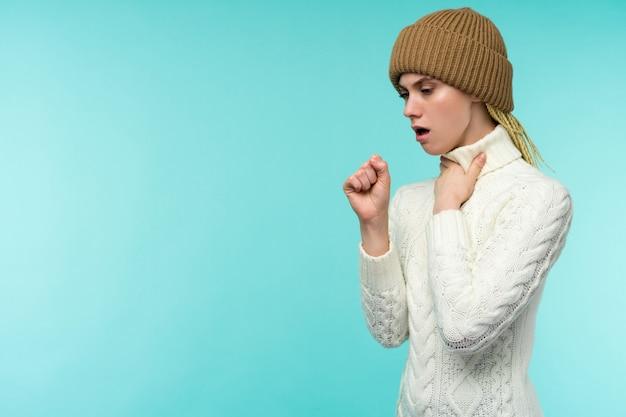 Erkältung und grippe. porträt der schönen jungen frau mit husten und halsschmerzen, die sich krank fühlen