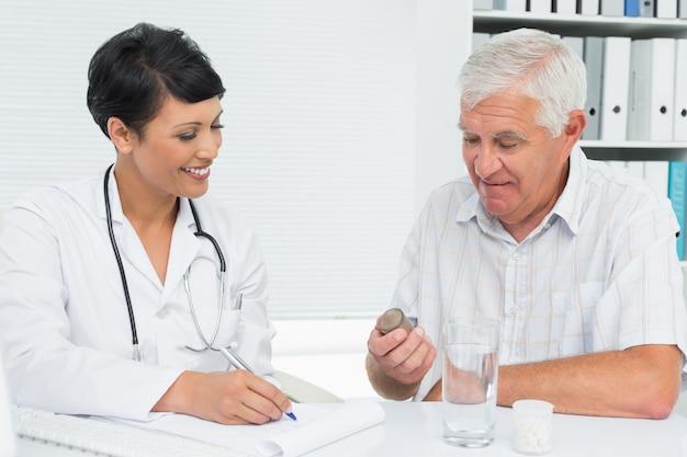 Erklärender bericht des doktors zum männlichen patienten