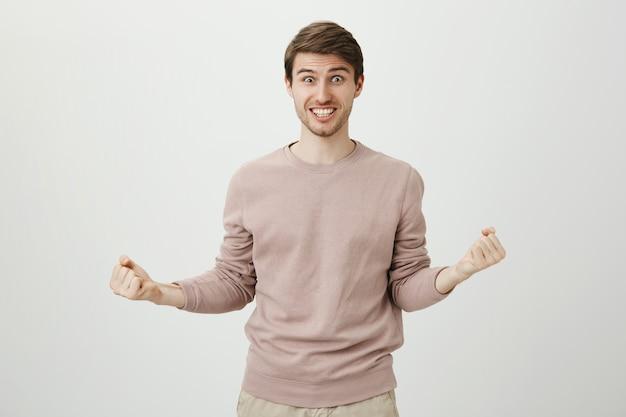 Erleichtert gewinnende lotterie, faustpumpe und ja sagen