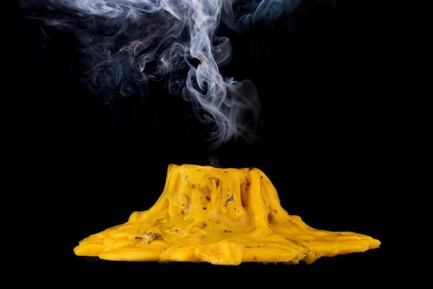 Erloschene kerze mit rauch passieren auf schwarzem hintergrund