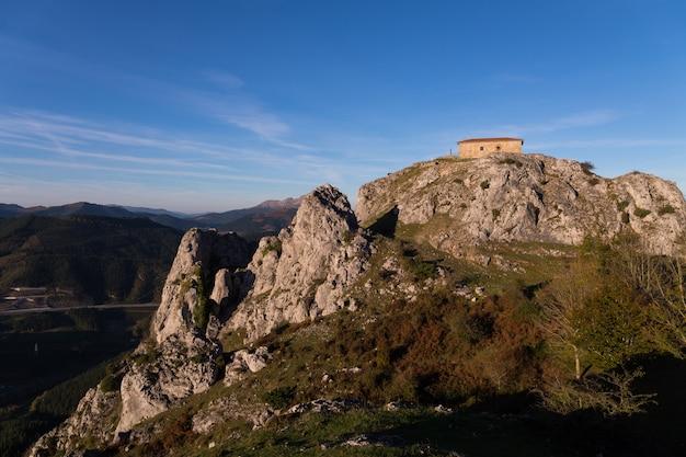 Ermitage von aitzorrotz an der spitze des felsens in eskoriatza, baskenland.