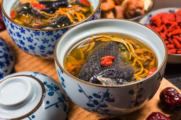 Ernährung und gesundheit von schwarzknochen-hühnersuppe