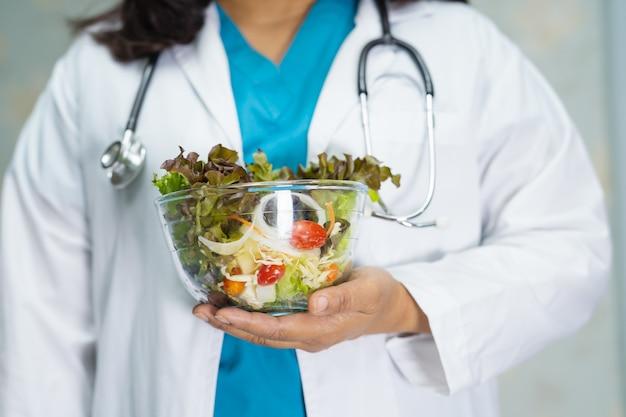 Ernährungsberater arzt hält verschiedene gesunde frische gemüse.
