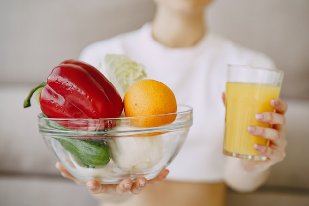 Ernährungsberater zeigt saft und gemüseschale