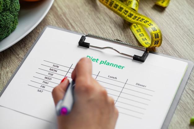 Ernährungsberaterin bereitet ein gewichtsverlustprogramm für eine frau vor