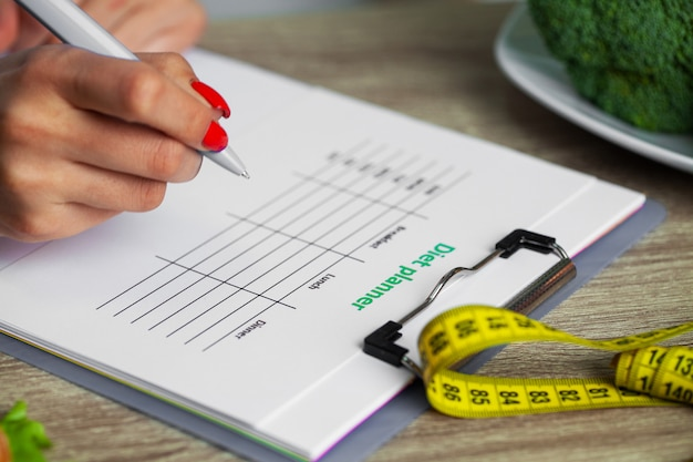 Ernährungsberaterin erstellt einen diätplan für eine übergewichtige frau