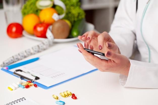 Ernährungsberaterin erstellt einen ernährungsplan für eine übergewichtige frau