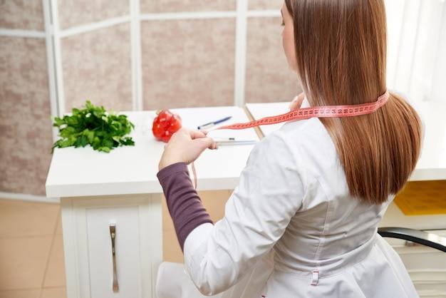 Ernährungsberaterin in ihrem büro. gesundheits- und diätkonzept