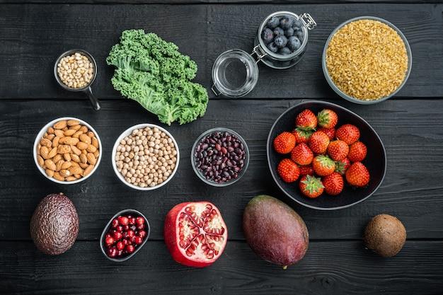 Ernährungsplan für gesunde ernährung. essensplanung, flach gelegt, auf schwarzem holztisch