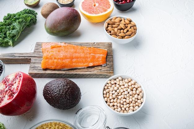 Ernährungsplan für gesunde ernährung. essensplanung, flach liegen, auf weißem tisch
