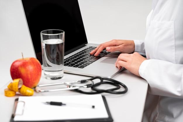 Ernährungswissenschaftler schreibtisch mit gesunden lebensmitteln