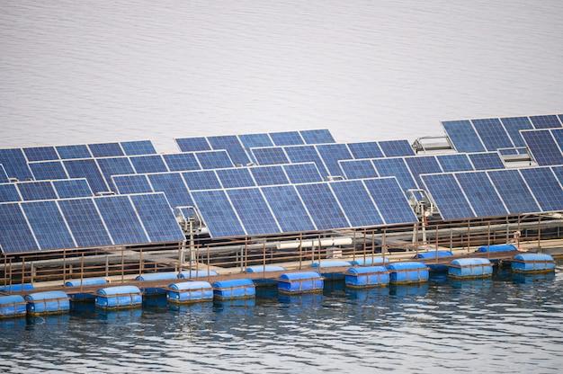 Erneuerbare energie der solarzellensystemplatte, die auf verdammung schwimmt