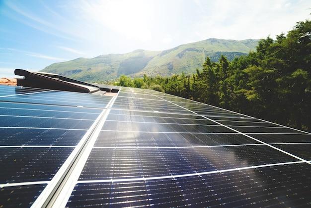 Erneuerbare energieanlage mit solarpanel auf dem dach