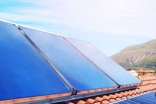 Erneuerbare energieanlage mit solarpanel für strom und warmwasser