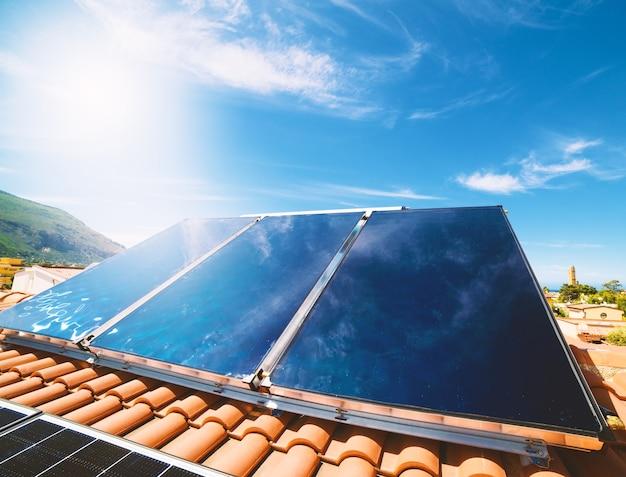 Erneuerbare energieanlage mit solarpanel für warmwasser